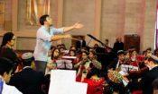 Дирижер и музыкант из США Дерек Беквольд ведет репетицию предстоящего праздничного концерта совместно со студентами Национальной консерватории Туркменистана