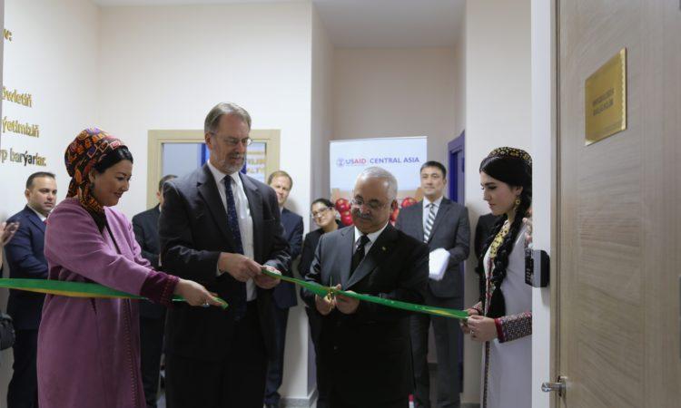 Новая возможность для туркменских производителей: посол Мастард и председатель СППТ Дадаев открывают первую частную лабораторию по пищевой безопасности в Туркменистане